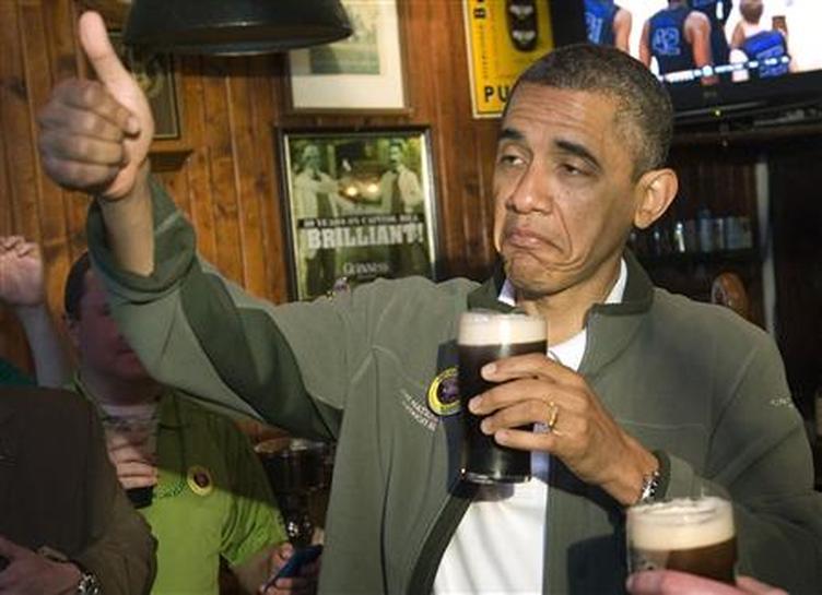 Obama qui fait un signe de pouce en l'air avec sa main